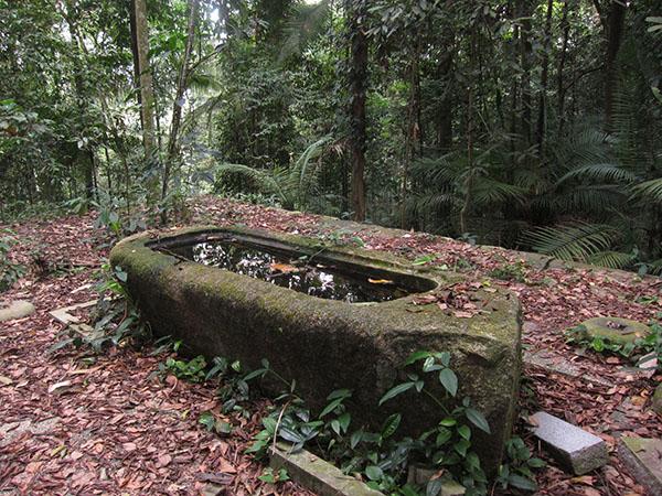 廃墟として遺されている手水盤と石造りの土台=Platform
